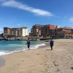 wandern mit freunden am strand von castro urdiales