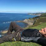 Spanien Jakobsweg Nickerchen an der Küste